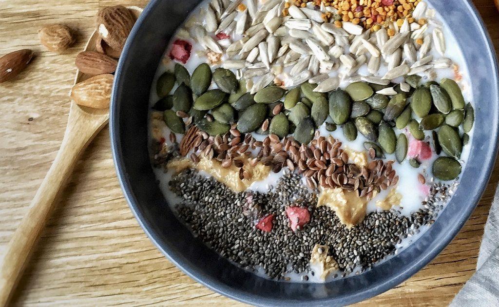 graine de courge nature dans un bol de muesli